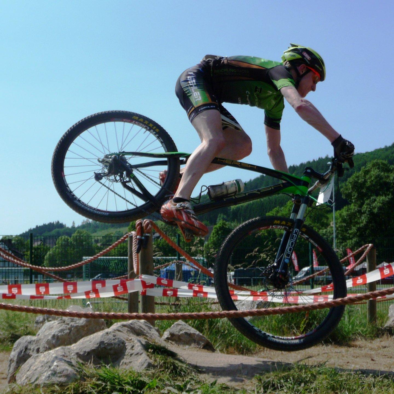 Mountainbiker in Einteiler